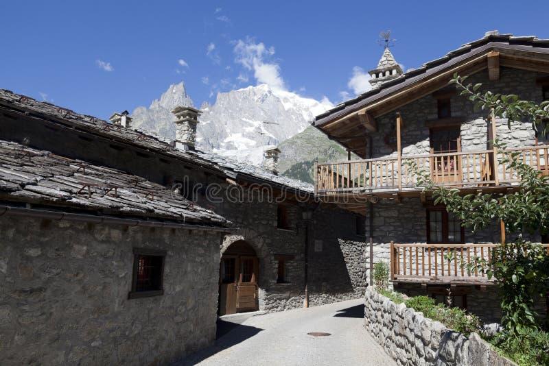 Entreves Courmayeur, ein schönes Dorf mit neuem Monte Bianco skyway lizenzfreie stockfotografie