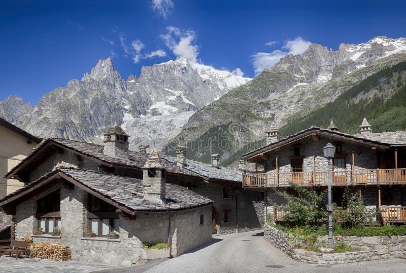 Entreves Courmayeur, ein schönes Dorf mit neuem Monte Bianco skyway stockfotografie