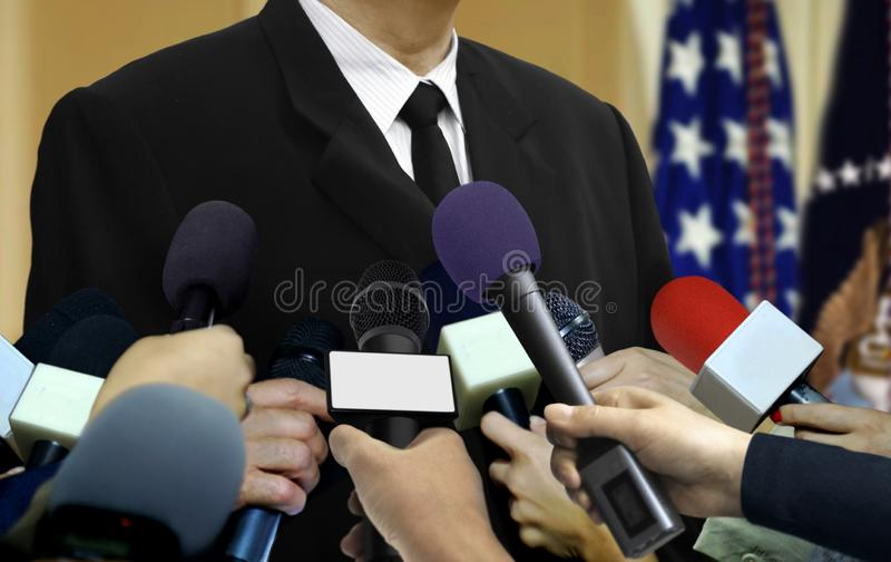 Entrevista da imprensa dos meios com pessoa dos raios foto de stock