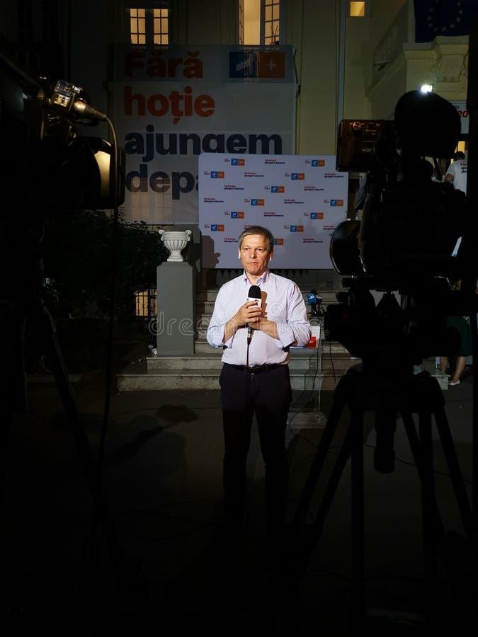 Entrevista Dacian Ciolos em Alliance 2020 matrizes de USR-PLUS em Bucareste na noite imagem de stock