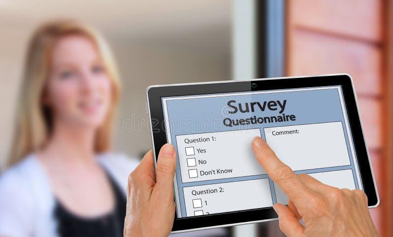 Entrevista de contestación del cuestionario de la encuesta sobre la muchacha en la tableta fotografía de archivo libre de regalías