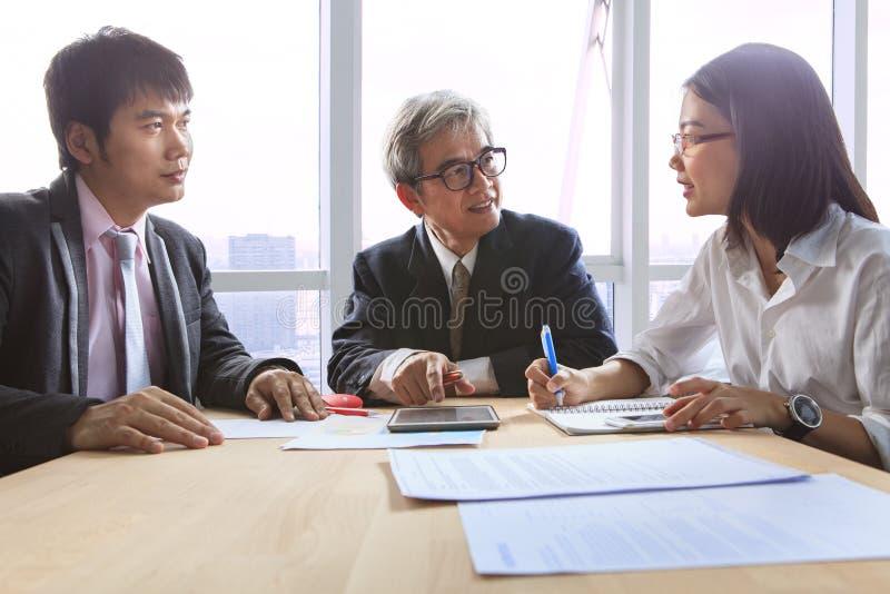 Entrevista de la reunión del trabajo del equipo del negocio y explicación de solu del proyecto fotos de archivo