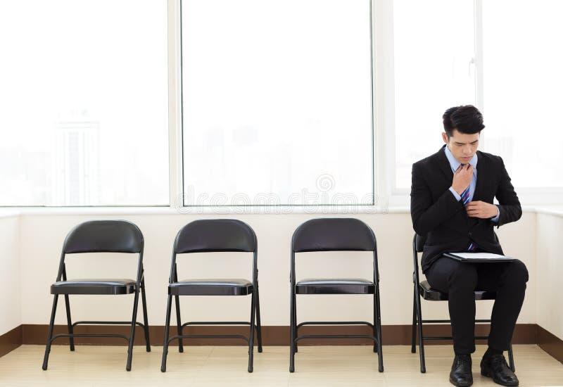 entrevista de trabajo del hombre de negocios que espera para imagen de archivo libre de regalías