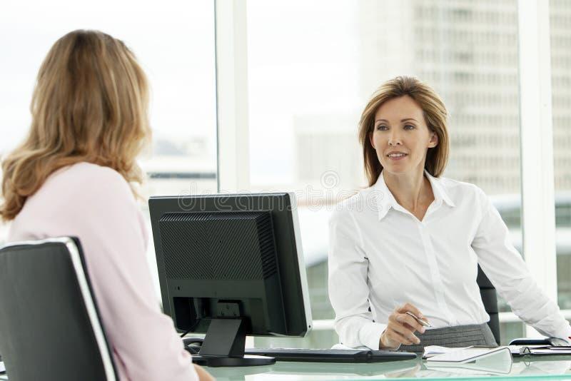 Entrevista de trabajo del negocio corporativo con la mujer ejecutiva fotografía de archivo