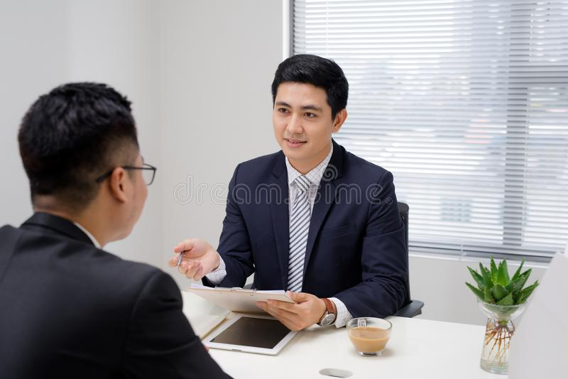 Entrevista de trabajo de dos profesionales del negocio Saludo del nuevo colega imagenes de archivo