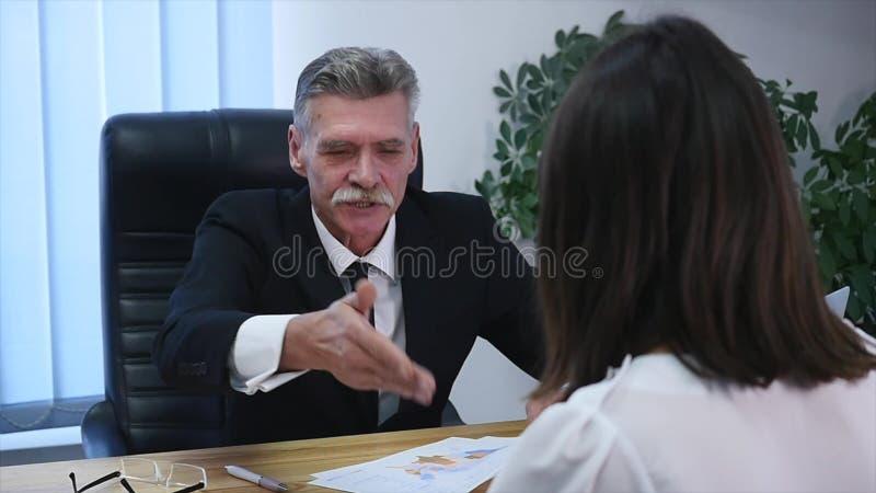 Entrevista de trabajo - reclutador feliz que sacude la mano con el candidato fotografía de archivo libre de regalías
