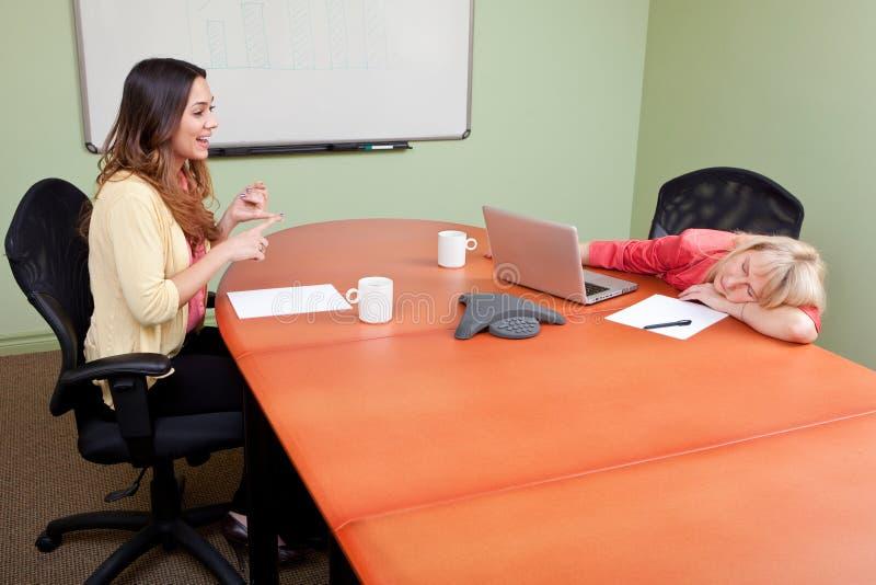 Entrevista de trabalho com um chatterbox imagem de stock