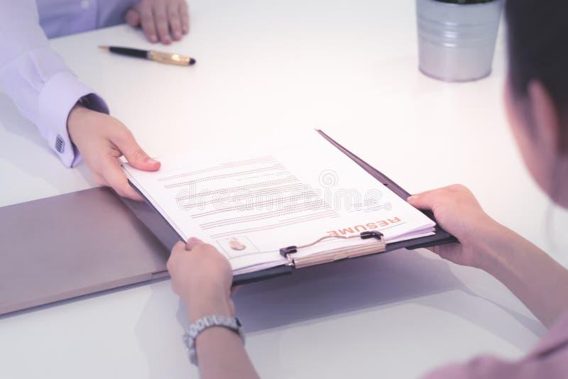 Entrevista de trabalho, segurando o resumo à revisão Segurando o CV com confiança, recruta que recebe o resumo fotos de stock
