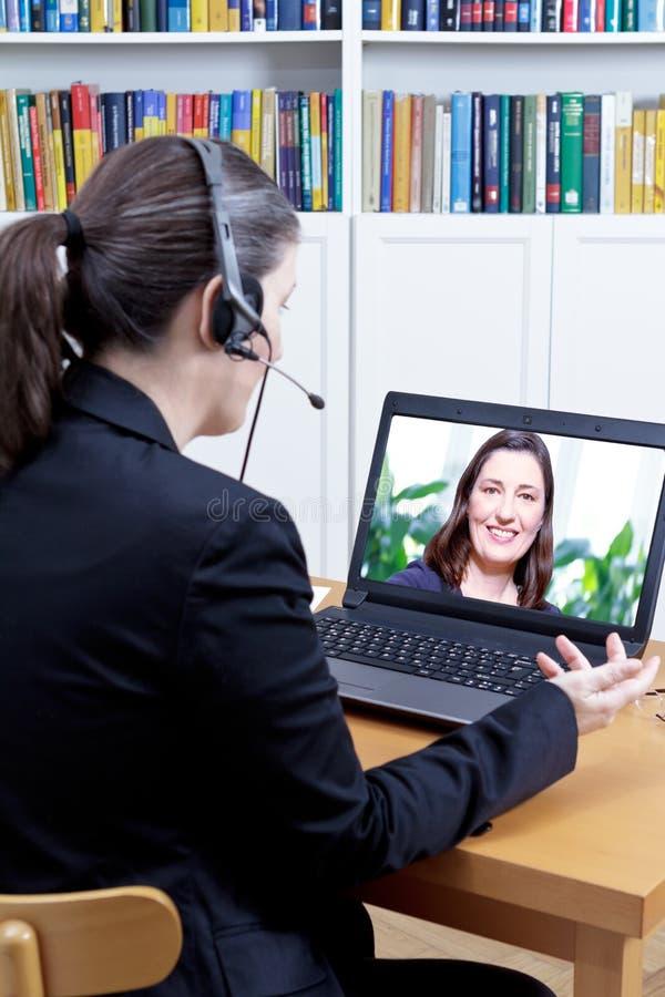 Entrevista de trabalho video em linha das mulheres imagem de stock royalty free