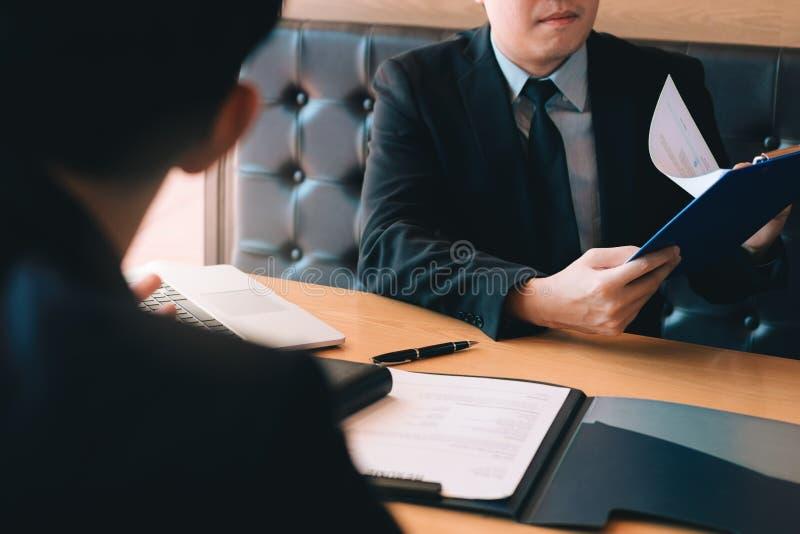 Entrevistas caucásicas confiadas del encargado que hablan con un empleado de sexo masculino anticipado del cliente foto de archivo libre de regalías