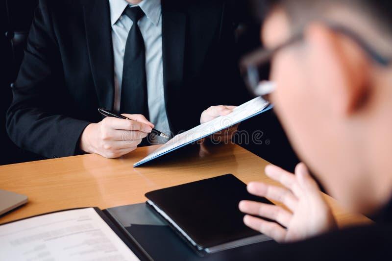 Entrevistas caucásicas confiadas del encargado que hablan con un empleado de sexo masculino anticipado del cliente foto de archivo