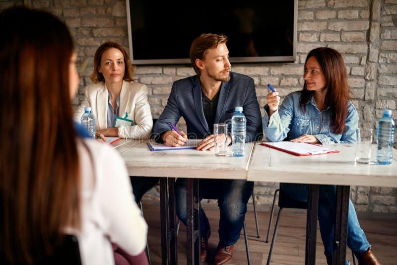 Entrevue d'emploi avec le candidat féminin dans les affaires modernes p de bureau images libres de droits