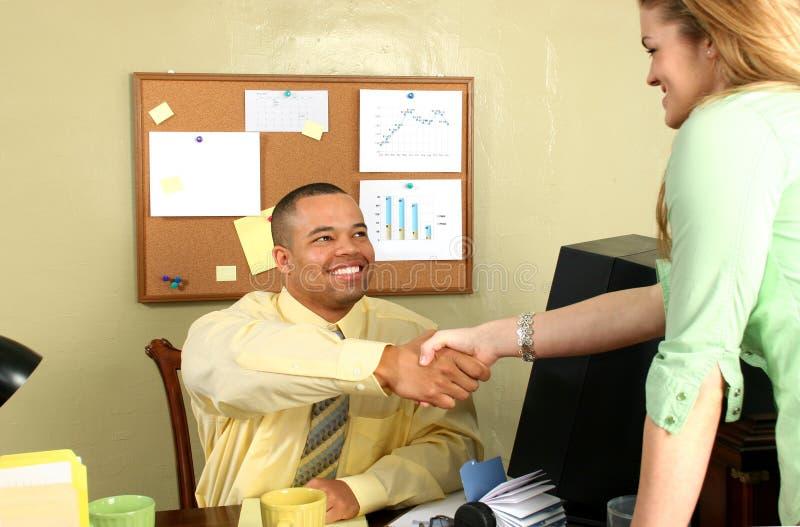 Entrevue d'emploi se serrant la main photo libre de droits