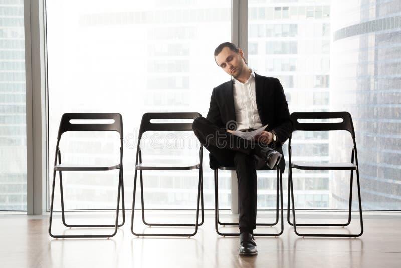 Entrevue de attente d'homme d'affaires décontracté ou se réunir pour commencer images stock