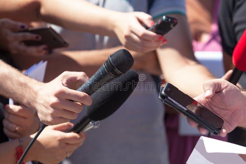 Entrevue de media Journalisme d'émission Conférence de presse microphones photographie stock