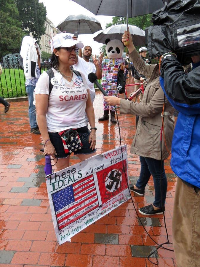 Entrevue de protestataire de compteur de femme avec le signe photographie stock libre de droits