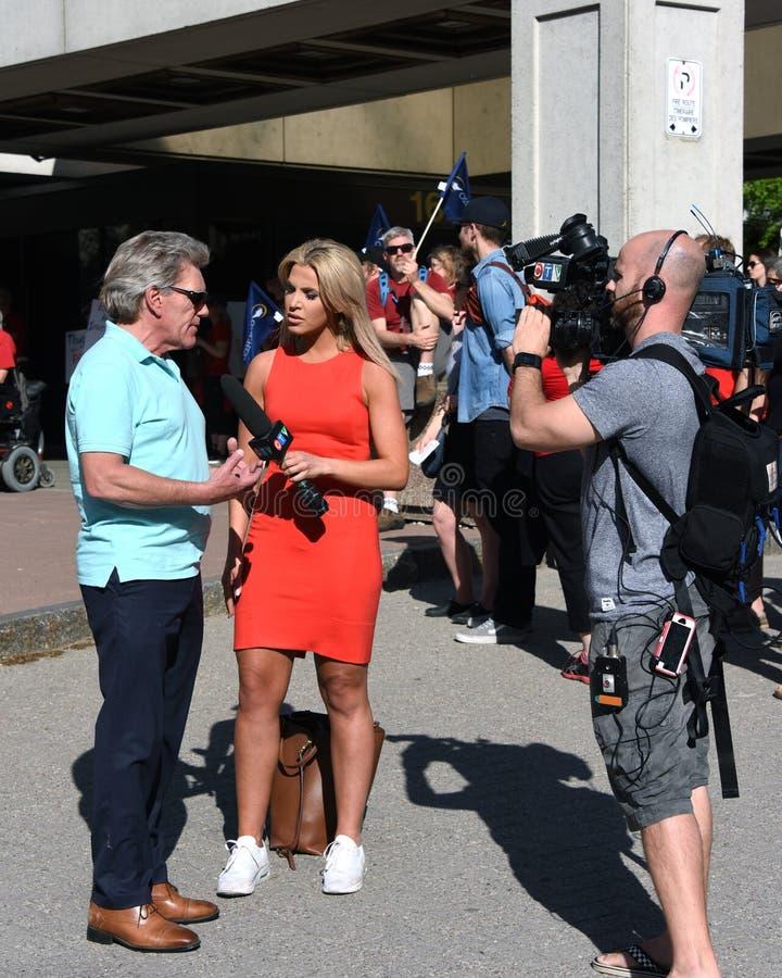 Entrevues Sean McKenney de Christina Succi à la protestation de premier ministre Doug Ford d'Ontario image stock