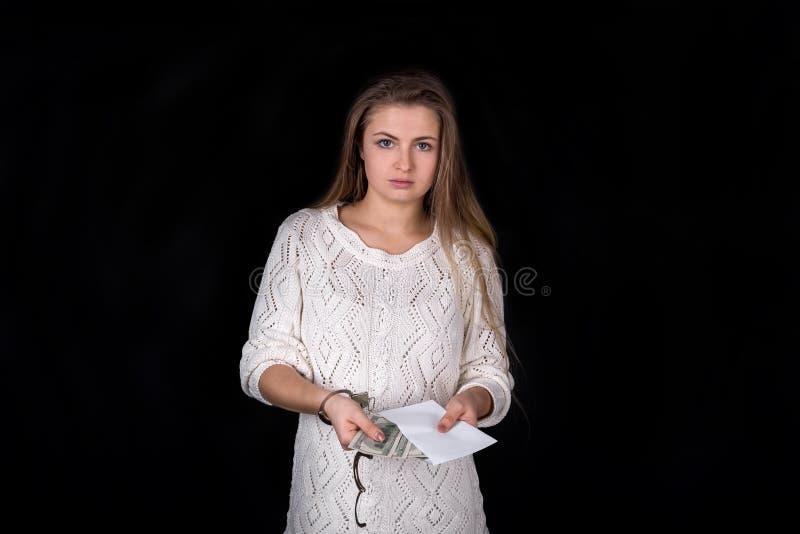 Entriegelte Handschellen auf Frau mit dem Umschlag, lokalisiert stockfotografie