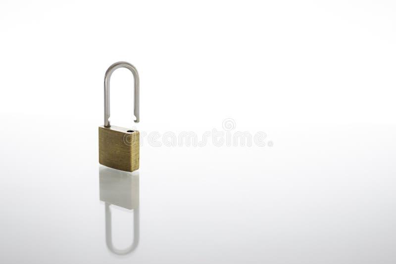 Entriegeltes und geöffnetes Vorhängeschloß als Sicherheits- oder Privatsphärenkonzept, lokalisiert auf weißem Hintergrund mit Ref lizenzfreies stockbild