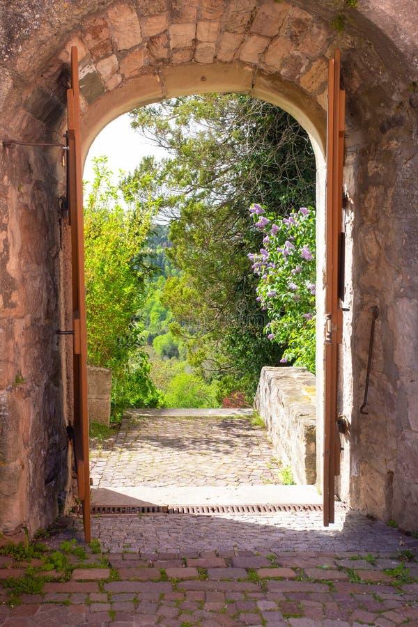 Entryway сдобренный камнем водит в сад ландшафта стоковая фотография