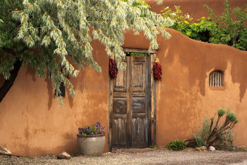 Entryway nära Canyon Road i Santa Fe arkivbilder