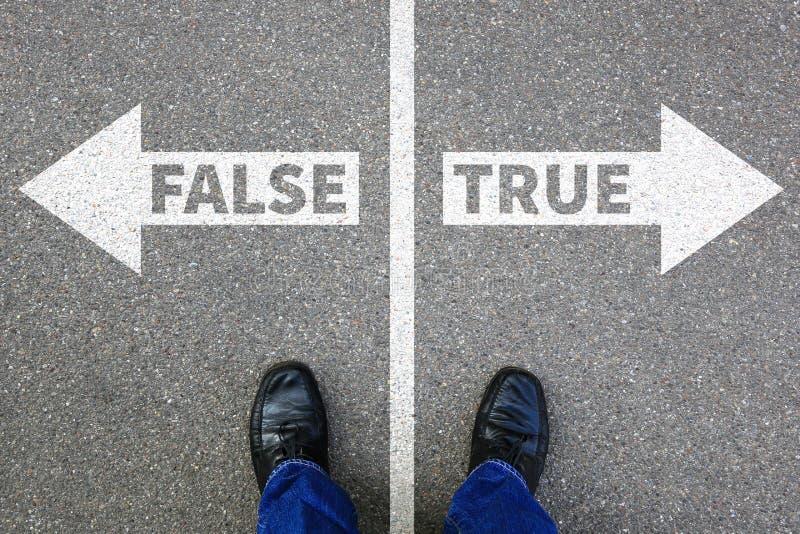 Entscheiden Lügentatsachenentscheidung der falschen wahren Wahrheitsfälschungsnachrichtenlüge lizenzfreie stockfotografie