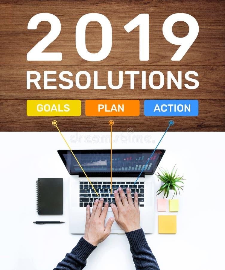 2019 Entschließungskonzepte des neuen Jahres mit Ziel, Plan, Aktionstext und dem Mann, der Computerlaptop verwendet Geschäftserfo lizenzfreie stockfotografie