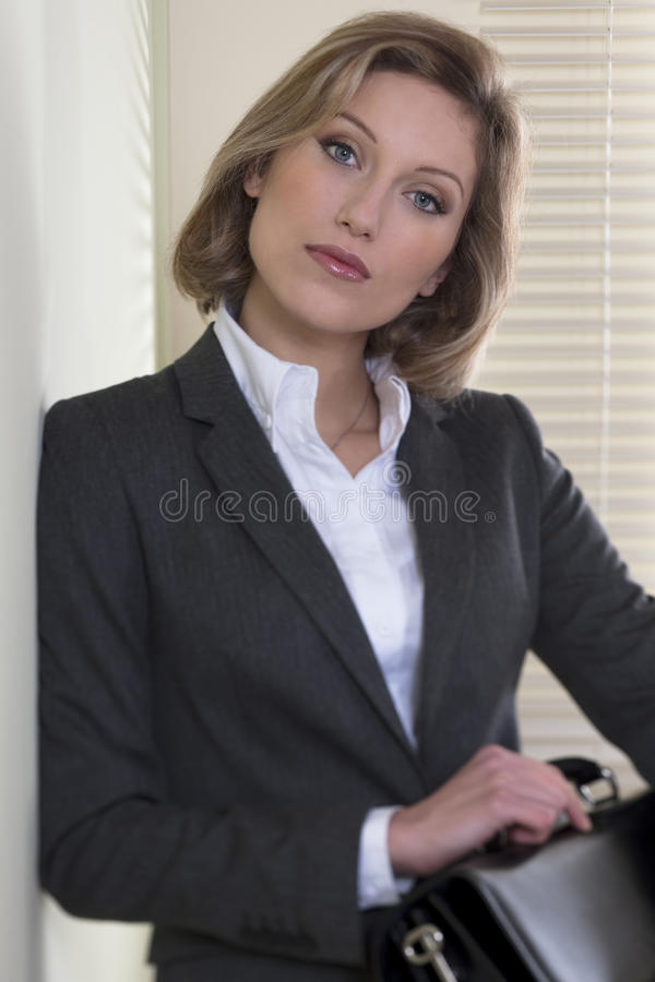 Entschlossen/motivierte Geschäftsfrau stockfotografie