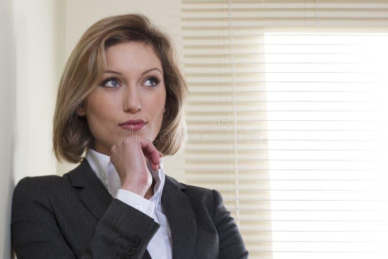 Entschlossen/motivierte Geschäftsfrau stockbild