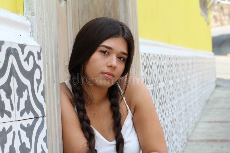 Entschlossene junge Frau mit Kopienraum lizenzfreies stockfoto