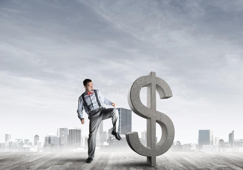 Entschlossener Bankermann gegen das moderne Stadtbild, das Dollarzementzahl bricht stockbild