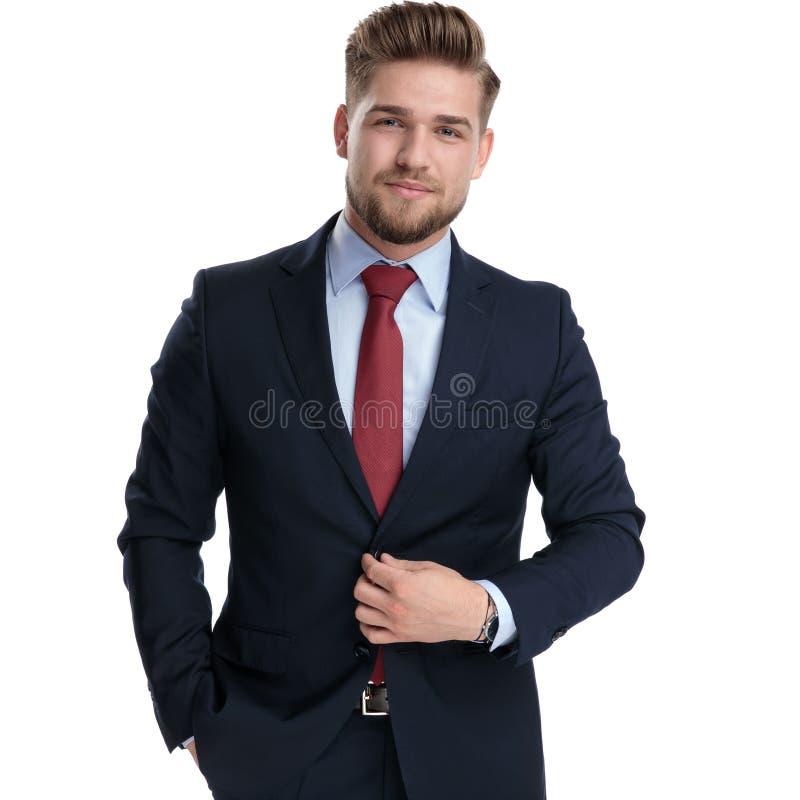 Entschlossener Geschäftsmann, der seine Jacke aufknöpft lizenzfreies stockfoto