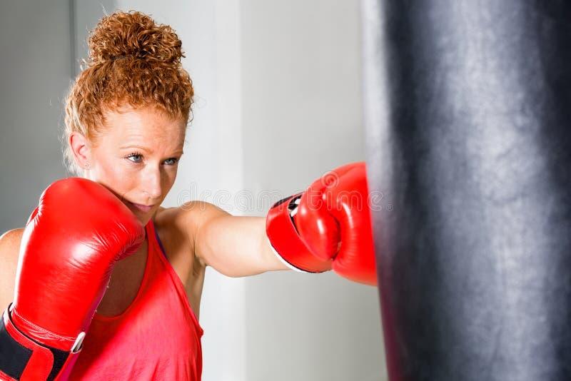 Entschlossener junger weiblicher Boxer stockfoto