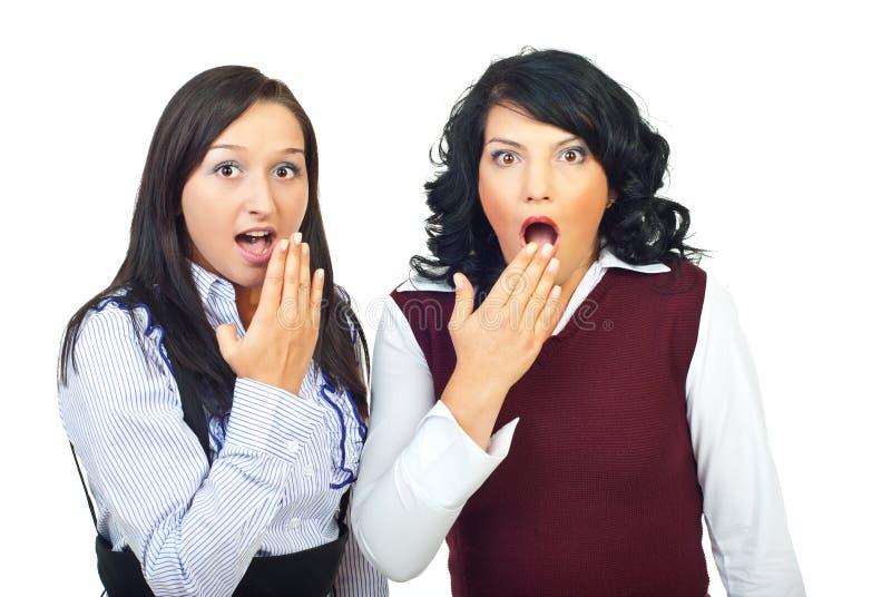Entsetzt zwei Frauen stockbilder