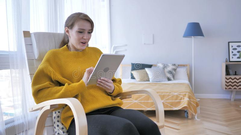 Entsetzte, fassungslose Frau, die Tablet für das Grasen verwendet stockbilder