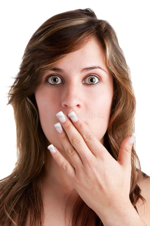 Entsetzte Frau, die ihren Mund abdeckt stockfoto