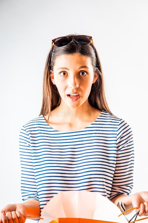 Entsetzte junge Frau mit ihrem Mund offen stockfotografie
