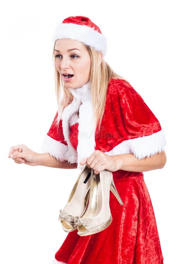 Entsetzte Weihnachtsfrau mit Schuhen stockbild