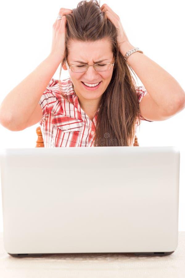 Entsetzte zufällige Frau, die Laptop weil Fehler betrachtet stockfotografie