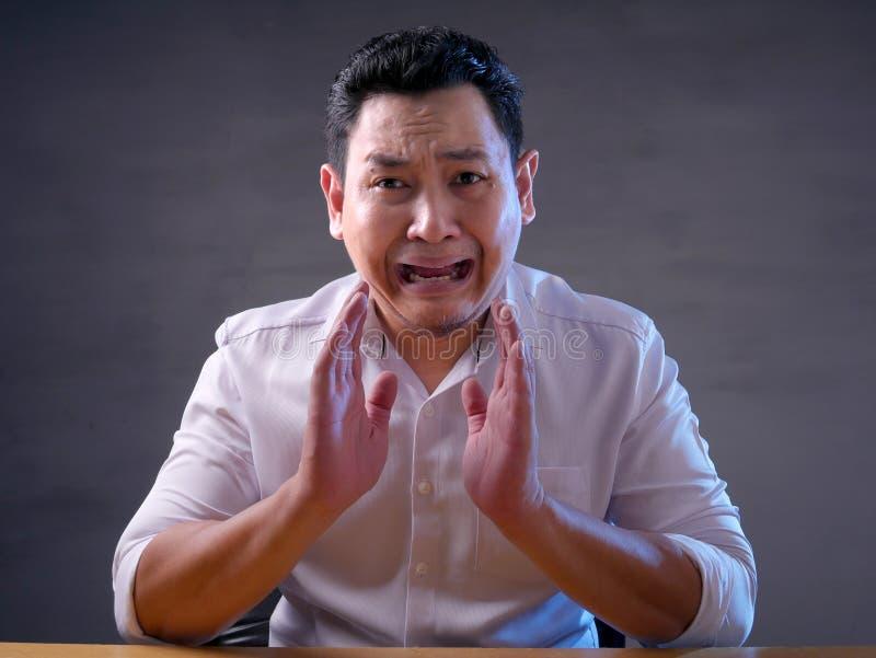 Entsetzter besorgter junger Mann mit dem Mund geöffnet lizenzfreie stockfotografie
