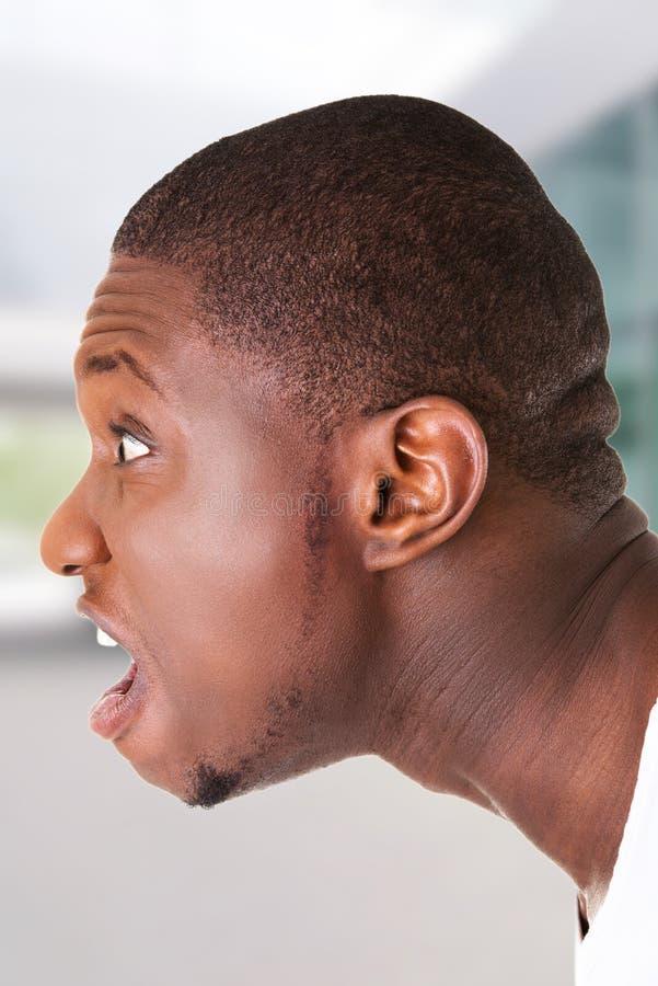 Entsetzter hübscher schwarzer Mann stockbilder