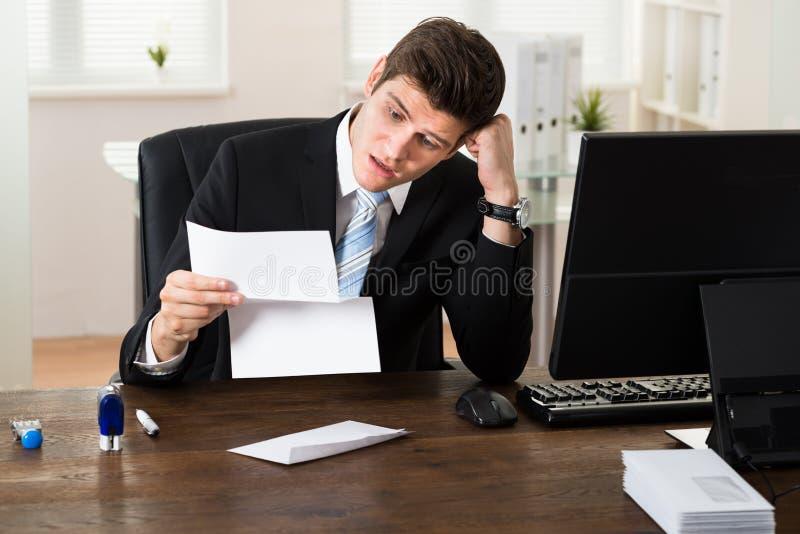 Entsetztes Geschäftsmann-With Document In-Büro stockfotos
