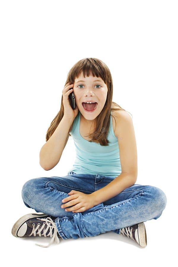 Entsetztes junges Mädchen, das am Telefon spricht lizenzfreies stockfoto