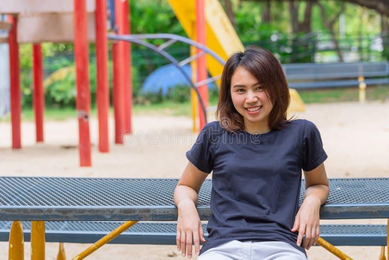 Entspannen sich zufälliges Stoffsitzen der asiatischen gesunden jugendlich Abnutzung glückliches Lächeln wenn Übung lizenzfreies stockfoto