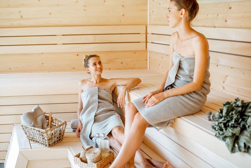 Entspannen Sie In Der Sauna Stockfoto - Bild von sauna