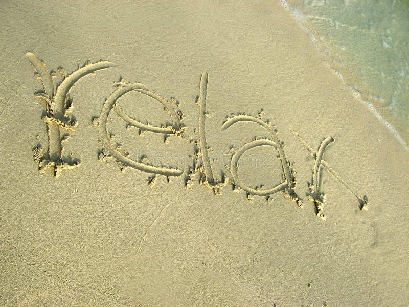 Entspannen Sie sich auf dem Strandsand stockbild