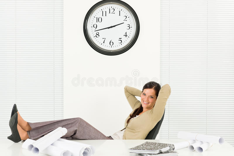 Entspannen Sie sich Berufsarchitektenfrau im Büro stockfotos