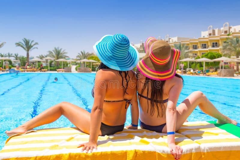 Entspannen Sie sich an den Feiertagen am Swimmingpool stockbild