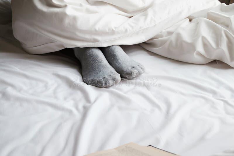 Entspannen Sie sich Füße im Bett lizenzfreie stockfotos