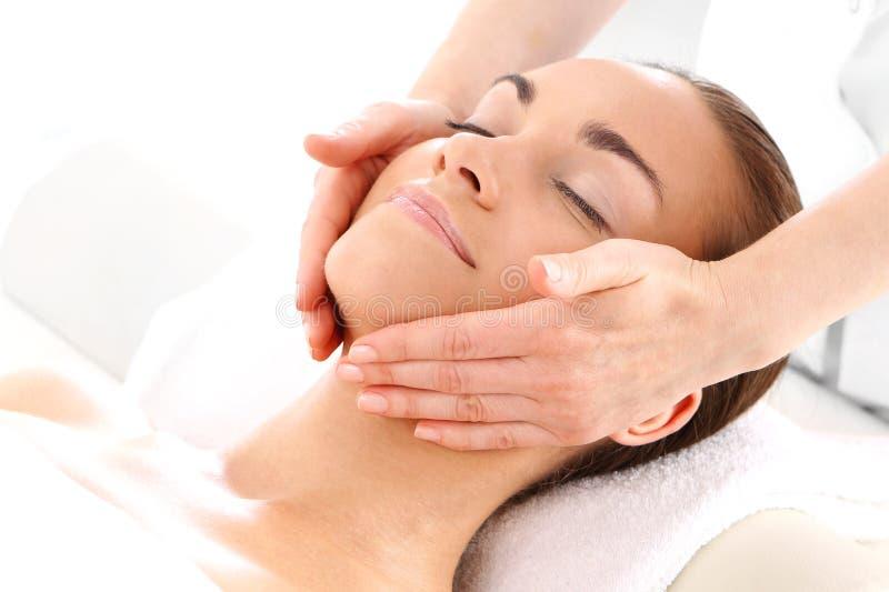 Entspannen Sie sich im Badekurort - Frau an der Gesichtsmassage stockfotos